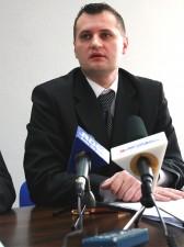 """Piotr Karaś, radny Platforma Obywatelska: """"Tam chyba coś chodziło o bagaż, o policjantów."""" Fot. AB"""