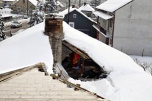 Dach zawalił się pod wpływem zalegającego śniegu. Fot. KWP Radom