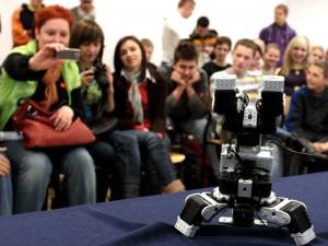 Robot piesek, który potrafi stać na głowie Fot. AB