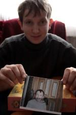 Czarek trzyma zdjęcie na którym są: Lucek i Sara - dwie wrony, które oswoił Fot.AB