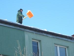 Odśnieżanie dachu jednego z siedleckich budynków. Fot. AB