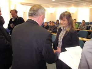 Nina Grzebisz odbiera stypendium z rąk Wojciecha Kudelskiego, prezydenta miasta. Fot. BG