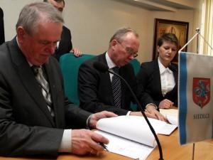 Wojciech Kudelski i Jacek Kozłowski podpisują umowy. Fot. AB