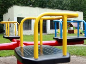 Zapewne place zabaw ucieszą dzieci bardziej niż pomoce dydaktyczne. Fot. AB