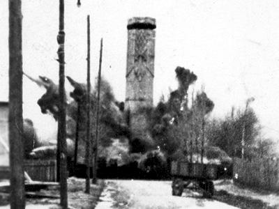 Zdjęcie z momentu wysadzania Pomnika Wolności z 1941 roku Fot.UM