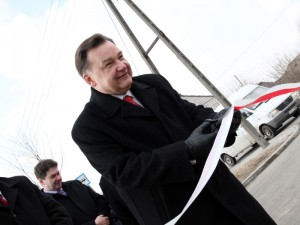 Adam Struzik przecina wstęgę podczas otwarcia ul. Piaski Zamiejskie. Fot. AB