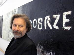 Antoni Wróblewski (na tle obrazów Tomasza Nowaka): Staram się być tak młody jak mój uczeń i, nie chwaląc się powiem, że mi to wychodzi. Fot. AB