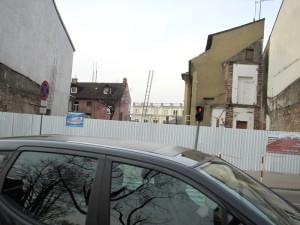 Po budynku pozostała jedynie luka; data: 1.IV.2010. Fot. BG