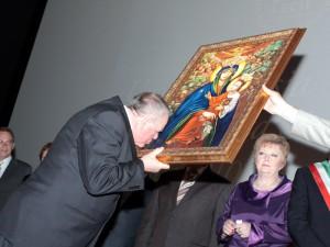 Wojciech Kudelski, prezydent Siedlec przyjmuje prezent od jednego z przedstawicieli miast partnerskich. Fot.AB