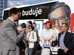 Przy autobusie byli głównie samorządowcy. Fot.AB