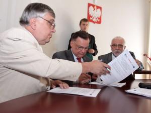 Podpisanie umowy. Od lewej Antoni Jówko, Adam Struzik i Stefan Kotlewski.