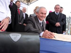 Poseł Krzysztof Tchórzewski przy podpisywaniu aktu.