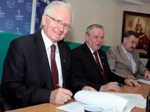 Podpisanie umowy na budowę II etapu obwodnicy wewnętrznej. Od lewej: Aleksander Jonek, Wojciech Kudelski, Kazimierz Paryła.