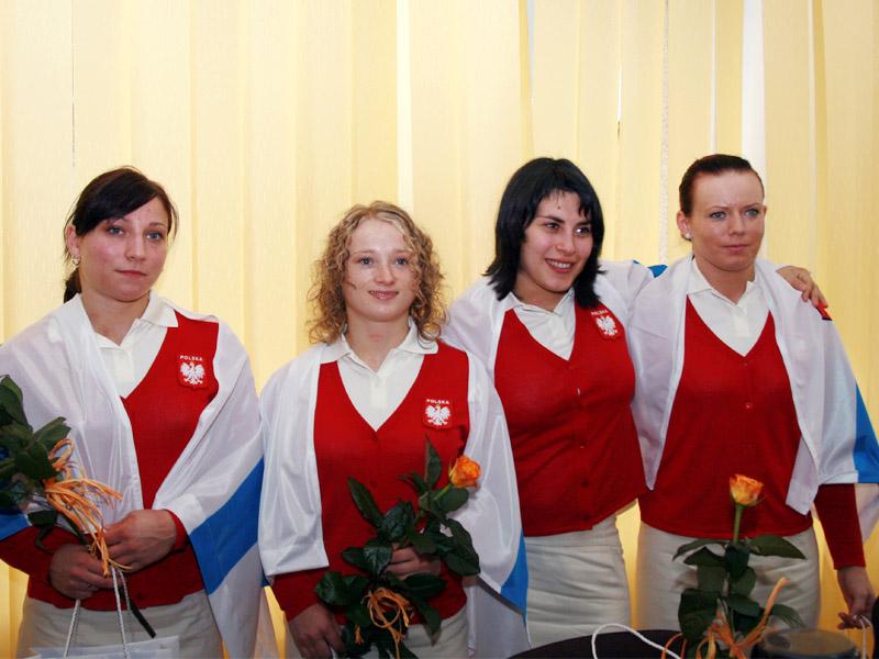 Dominika Misterska - Zasowska (pierwsza z prawej) - jedyna sztangistka z siedleckiego klubu na MŚ.