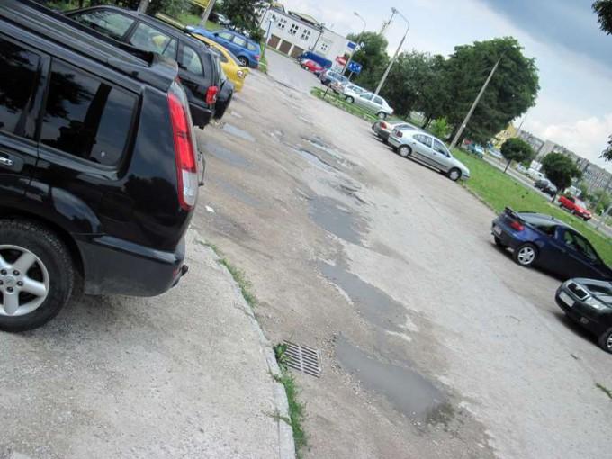 W tej chwili parking przy ul. Sokołowskiej 81 pozostawia wiele do życzenia.