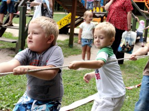 Przeciąganie liny wzbudziło w dzieciach prawdziwą wolę walki.