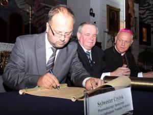 Podpisanie aktu erekcyjnego. Od lewej: Mariusz Dobijański, Wojciech Kudelski i bp Zbigniew Kiernikowski. Fot. AB