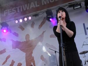 Monika Brodzik na scenie.