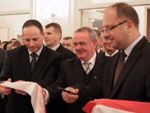 Przecięcie wstęgi; od lewej Mariusz Woszczyński, Wojciech Kudelski i Mariusz Dobijański.