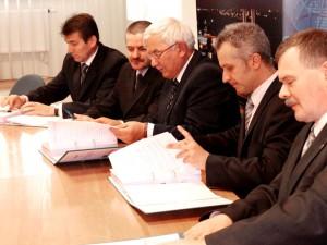 """Podpisanie umowy. Od prawej: Jarosław Głowacki, wiceprezydent Siedlec, Krzysztof Figat, prezes PEC i Władysław Madaj, prezes """"Remak - Rozruch""""."""