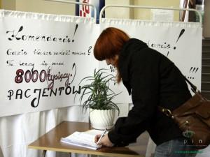 Pacjenci podpisują się pod petycją Fot.AB