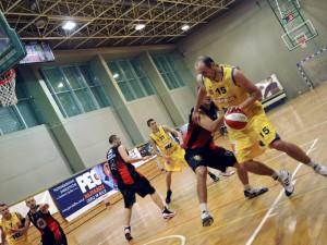 Piotr Miś (na zdj. z piłką) zdobył w dzisiejszym spotkaniu aż 23 punkty. Fot. JM