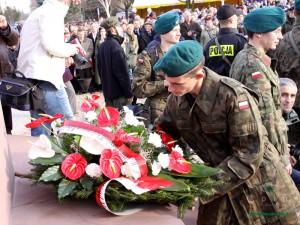 Składanie wieńców pod Pomnikiem Wolności. Fot. AB