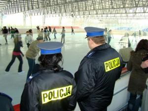 Policjanci na siedleckim lodowisku. Fot. KMP Siedlce