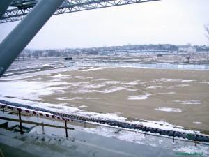 Widok z trybuny na boisko główne; zdjęcie ze stycznia 2011 roku. Fot. AB