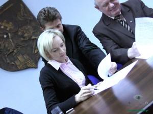 Lidia Chojecka podpisuje umowę o współpracy z miastem. Fot. BG