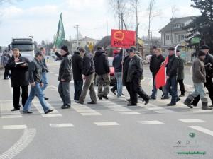 """Kilkadziesiąt osób protestowało na krajowej """"dwójce"""" w Zbuczynie na przejściu dla pieszych. Fot. BG"""