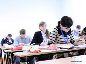 Uczestnicy Olimpiady podczas rozwiązywania problemu technicznego. Fot. BG