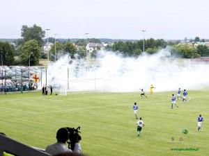 """""""Dym trochę zachodził na murawę jednak nie miał wpływu na mecz."""" Czy faktycznie """"trochę""""? Fot. AB"""