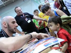 Jak koszykarz z koszykarzem... Filip odbiera autograf Marcina Gortata. Fot. AB