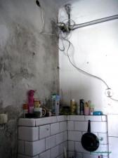 Dzieci trzeba myć w miskach, bo nie ma łazienki, dodatkowo brakuje ciepłej wody. Fot.AB