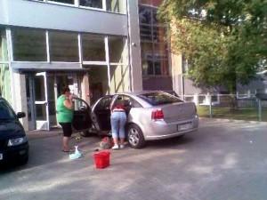Pracownice OSiR podczas czyszczenia samochodu dyrektora.