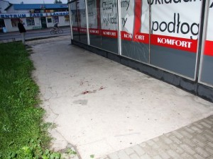 Wybita szyba i krew pod sklepem. Fot. JD