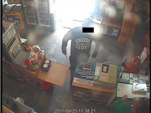 Zdjęcie ze sklepowego monitoringu. Fot. KMP Siedlce