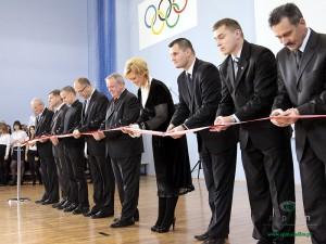Dyr. Joanna Kowalska-Wróbel przecina wstęgę na otwarciu sali gimnastycznej w ZS nr 2. Fot. AB
