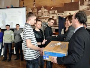 Uczniowie odbierają nagrody za I miejsce Fot.ZSP nr 1