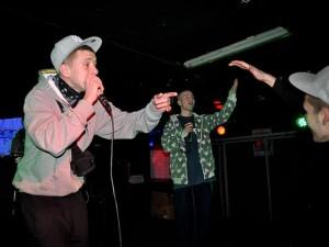 Raper Mikus (w tle) - koncert w Fonobarze w Warszawie