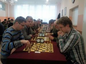 Na pierwszym planie grają z lewej: Marcin Myć, z prawej: Tomasz Sikorski – obaj reprezentanci Skoczka Siedlce.