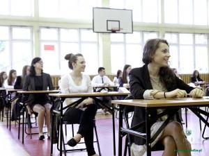 """Uczniowie siedleckiego """"Prusa"""" na kilka minut przed rozpoczęciem egzaminu"""
