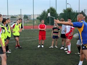 Paweł Kuligowski (trener) tłumaczy kolejne ćwiczenie Fot. MKR Siedlce