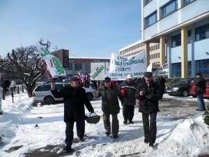 Grupa idzie w kierunku biura poselskiego Jacka Kozaczyńskiego. Fot. OS