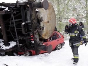Strażacy ćwiczyli w błocie i na mrozie. Fot. AB