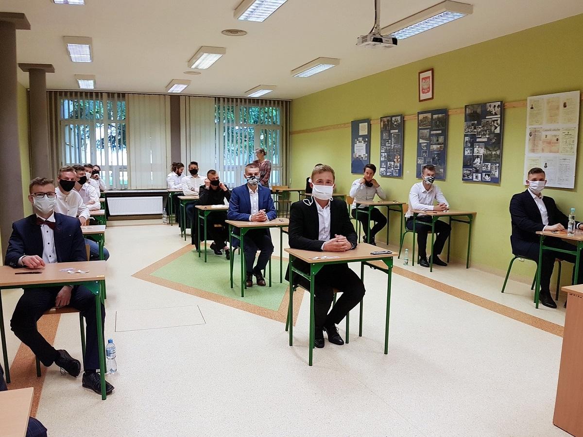 """Matura 2020, uczniowie """"Elektryka"""" siedzą w ławkach"""