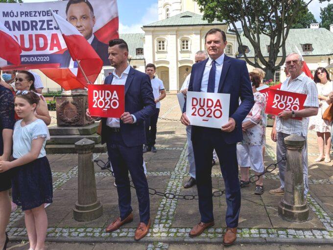 """Siedleccy radni (od lewej) G.Chwedoruk i M.Nowak trzymają tabliczki """"DUDA 2020"""""""
