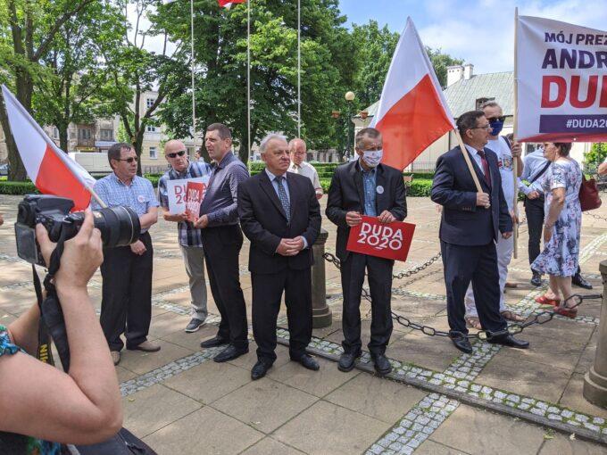 Sympatycy Prawa i Sprawiedliwości podczas wizyty ministra w Siedlcach