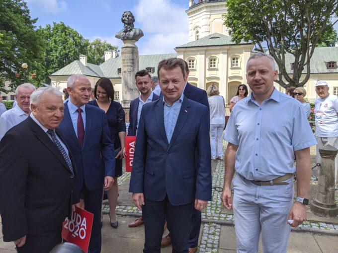 Minister Mariusz Błaszczak w towarzystwie wójta Zbuczyna Tomasza Hapunowicza